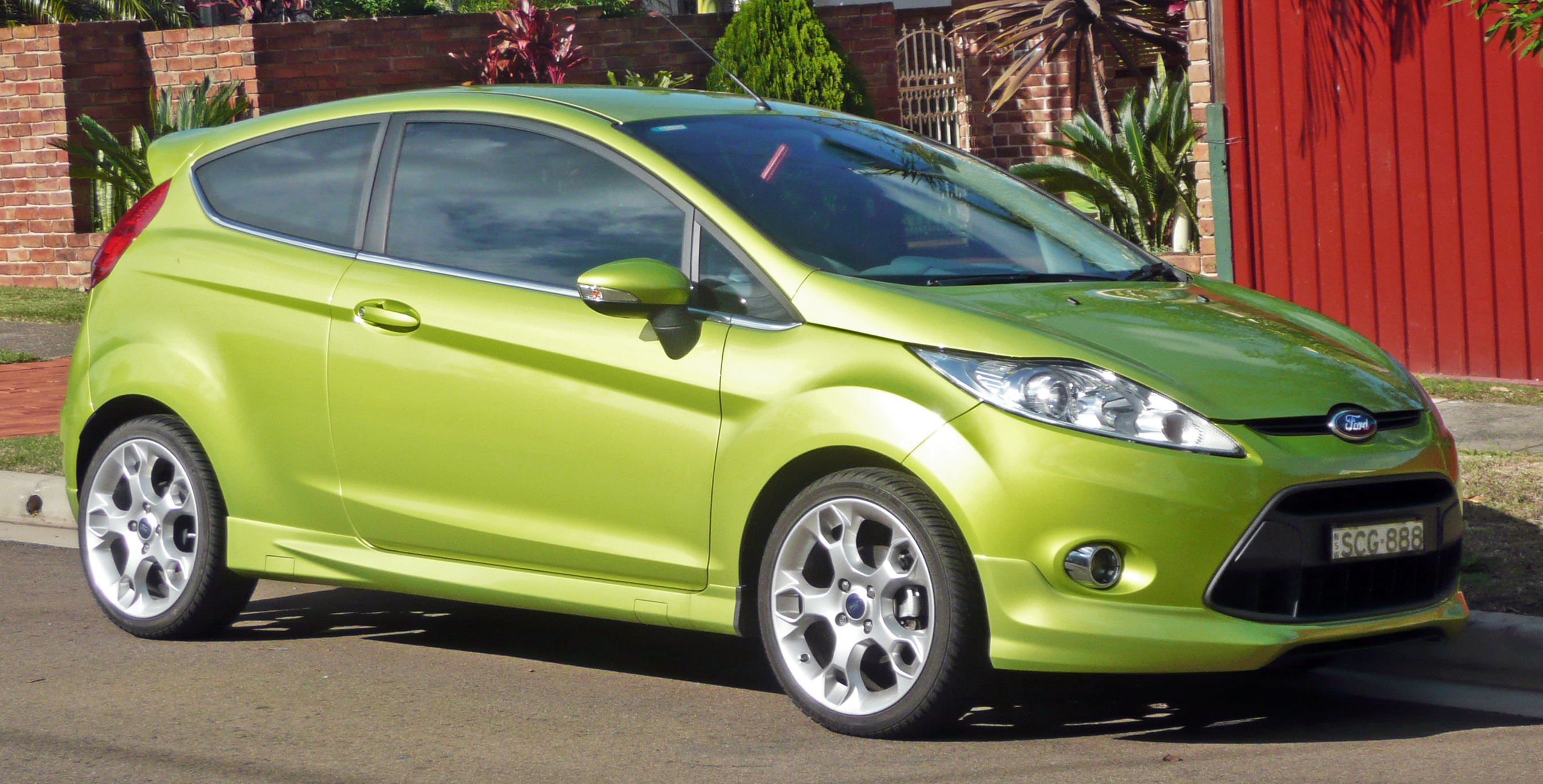 2009-2010_Ford_Fiesta_(WS)_Zetec_3-door_hatchback_01